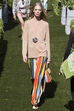 See the complete Tory Burch Spring 2018 Ready-to-Wear  collection.
