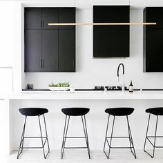 Inspiration d'une cuisine minimaliste hyper chic black&white. Sobre et intemporel, j'aime beaucoup!