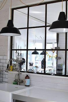 Det optimala gamla fönstret mellan kök o vardagsrum New Kitchen, Kitchen Decor, Kitchen Design, Industrial Windows, Glass Partition, Steel Doors, Scandinavian Style, Hearth, Ramen