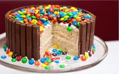 Kit Kat & M&M's cake Recept: http://chefpaige.blogspot.nl/2009/05/kit-kat-and-m-birthday-cake.html