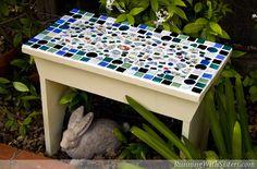 Un mosaico es una imagen o patrón creado por organizar juntos pequeños trozos de materiales duros como piedras, vidrio o azulejos. Puede crear fácilmente v