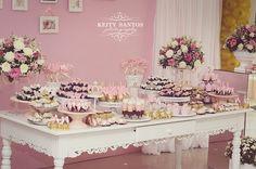 Para decorar a festa da princesa Isabele escolhemos uma paleta clara com rosa bebê e branco com toques em dourado e pérola. Festa que...