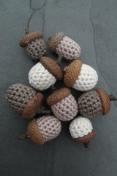 Sechs gehäkelte Eicheln mit freier Farbwahl als stilvolle Deko für den Herbst / autumn decoration: crocheted acorns made by schoen_und_selbstgemacht via DaWanda.com