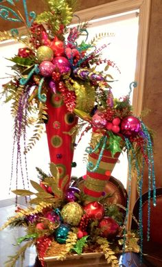 Totally Inspiring Red And Gold Christmas Decoration Ideas 22 Gold Christmas Decorations, Unique Christmas Trees, Christmas Arrangements, Beautiful Christmas, All Things Christmas, Christmas Home, Christmas Holidays, Christmas Wreaths, Gold Ornaments