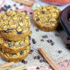 These Healthy Chocoalte Chip Pumpkin Baked Oatmeal Cups recipe are perfect for on the go or a make ahead breakfast! Pumpkin Pie Mix, Pumpkin Spice Syrup, Pumpkin Puree, Healthy Pumpkin, Baked Pumpkin, Make Ahead Breakfast, Breakfast Dishes, Apple Pie Bites, Baked Oatmeal Cups
