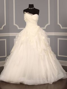 Oscar de la Renta 44N65 Discount Designer Wedding Dress~ This ballgown is accented with silk organza and French alencon lace to create a truly beautiful work of art!  You will be sure to look and feel like a princess on your wedding day!