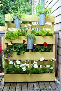Wood pallet turned into a garden privacy screen.  This would look cool in front of the pool pumps on the patio