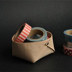 Folded leather basket :: a minimalistic DIY by // Between the Lines. (Evt i filt til brød/dimse-kurv) Crea Cuir, Leather Scraps, Leather Box, Diy Rangement, Ideas Prácticas, Little Presents, Leather Projects, Diy Storage, Basket Storage