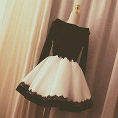 Vestido Curto De Festa Preto e Branco Aplicação Renda Prata Simples
