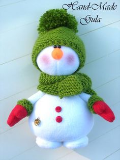 Sweet fabric snowman with hat scarf and mittens Christmas Makes, Felt Christmas, Christmas Snowman, Christmas Time, Handmade Christmas Decorations, Christmas Centerpieces, Diy Christmas Ornaments, Snowman Crafts, Xmas Crafts