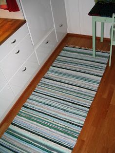Veden värit omassa tuotoksessa Recycled Fabric, Woven Rug, Hand Weaving, Carpet, Rag Rugs, Home Decor, Farmhouse Rugs, Fabrics, Weaving