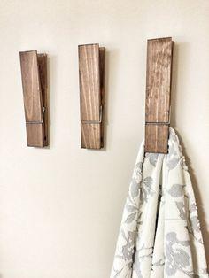 Was für eine einzigartige und lustige Möglichkeit, Ihre Handtücher in Ihrem Badezimmer oder Wäsche aufhängen. Kann auch ein Spaß Weg, um Fotos, Kinder-Zeichnungen oder Notizen in Ihrem Haus anzeigen, Kinderzimmer oder Büro mit einem großen rustikalen dekorativen Nussbaum gebeizt Wäscheklammer. Passen Sie Ihre Wäscheklammer mit Ihrem Namen oder Namen des Kindes. Dieses Angebot ist für eine riesige Jumbo Größe Wäscheklammer - ist in einem Nussbaum dunkel gebeizt und lackiert. Diese großen…