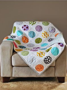I love circle quilts.....Love the white background, looking at this makes me want to make one of these right away!