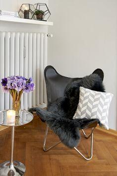 Butterfly Chair: Der Möbelklassiker wurde 1938 in Buenos Aires entworfen und besticht bis heute durch seinen lässigen Look – leicht wie ein Schmetterling! Kombiniert mit einem Fell zaubert er aus jeder Ecke schnell eine Kuschelzone! Leder-Sessel Butterfly by NORDAL für 369,- €.