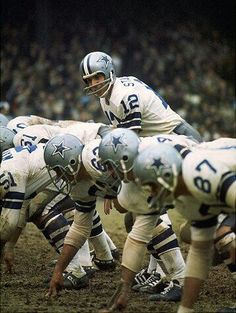 Roger Staubach, quarterback of the Dallas Cowboys vintage years, calls signals in an NFL game. Dallas Cowboys Players, Cowboys 4, San Antonio Spurs, American Football, Nfl Football, Football Players, School Football, Football Memes, Cowboy History