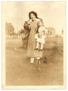 Ossian Brown, recolector de fotografías de Halloween de principios del siglo pasado.