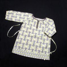 Dieses hübsche Kleid mit Schmetterlingen aus Baumwoll-Leinen hat einen Raglanschnitt, dass heißt, es wächst mit! Erst ist es ein Kleid, dann eine schicke Bluse mit 3/4 Ärmeln. Der Gürtel kann...