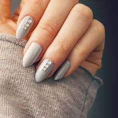 Grey Crystal Nails | Nail Art Tutorial | A very easy nail tutorial wich you create with rhinestones. #glamnails