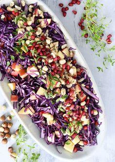 Rødkålssalat med æbler - opskrift på skøn og mættende salat Salad Menu, Salad Dishes, Easy Salads, Healthy Salad Recipes, Crab Stuffed Avocado, Cottage Cheese Salad, Spinach Strawberry Salad, Dinner Salads, Quick Meals