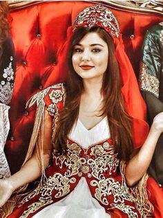 Beautiful allah ne bahut khubsurati se banaya hai hayat Turkish Women Beautiful, Turkish Beauty, Beautiful Girl Image, Beautiful Hijab, Most Beautiful Women, Beautiful Celebrities, Beautiful Actresses, Murat And Hayat Pics, Selfies