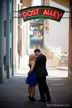 Pike_Place_Market_and_Seattle_Wheel_Engagement_Session_Photography_003