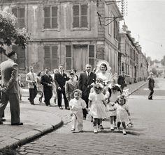 Love this one. Wedding (Paris 1950) Photographer: Robert Doisneau