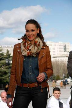Eva González - Blog 'Las Tentaciones de Eva' 2012/2013 http://las-tentaciones-de-eva.blogs.elle.es/2013/02/26/macro-casting-master-chef/  Pantalón de DENNY ROSE. Camisa vaquera de DIESEL. Chaqueta de cuero de SCHOTT y botas de JIMMY CHOO. El pañuelo que lleva al cuello es de SOLOIO.