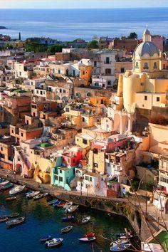 Découvrez une des trois iles faisant face à Naples.  #italie #ischia #capri #Procida
