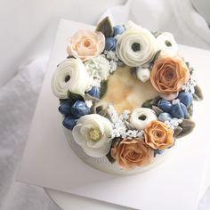 """307 Likes, 2 Comments - ivy_cake_ (@ivy_cake_) on Instagram: """"natural flowers Glossy Butter Cream✨ . . . #buttercreamflower #koreanbuttercreamflowers…"""""""