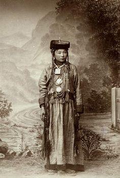 Siberia | Portrait of a young Buriat woman from Aginskaia Duma, ca 1900