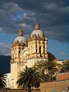 Oaxaca, which is built on a grid pattern, is a good example of Spanish colonial town planning. The solidity and volume of the city's buildings show that they were adapted to the earthquake-prone region in which these architectural gems were constructed.