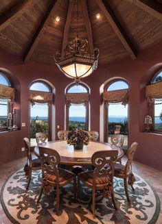 At the centerpiece of this expertly crafted room: 360-degree views