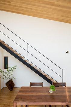 緩やかに囲む家 (オープン階段とダイニング) Balustrade Design, Staircase Design, Exterior Design, Interior And Exterior, Modern Cottage, Cottage Homes, Simple House, Stairways, Home Renovation