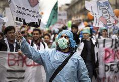 Παρίσι: Ξεσηκώθηκαν γιατροί και νοσηλευτές κατά της κυβέρνησης Ολάντ / Paris: doctors and nurses rose up against the government Hollande