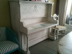 Piano repurposed as a desk. It makes me sad that someone would destroy a piano but what a good idea! Piano Desk, Piano Room, Vieux Pianos, Furniture Makeover, Home Furniture, Piano Crafts, Home Design, Painted Pianos, Old Pianos