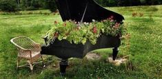Old Piano into as Garden Planter - The Best 30 DIY Vintage Garden Project You Need To Try This Spring Old Furniture, Garden Furniture, Recycled Furniture, Recycled Art, Garden Projects, Garden Tools, Diy Projects, Vieux Pianos, Old Pianos