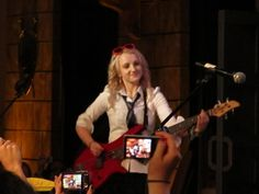 Evanna Lynch playing bass for Harry and the Potters at Leakycon Michael, Luna plays Bass! Magia Harry Potter, Harry Potter Goblet, Harry Potter Girl, Harry Potter Pictures, Harry Potter Characters, Evanna Lynch, Luna Lovegood, Hogwarts, Phelps Twins