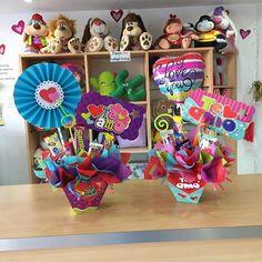 Un trabajo de calidad, hace de tu regalo algo único y especial 💕 Visítanos! #JoliandGift Valentines Surprise, Valentine Gifts, Magic Party, Chocolate Bouquet, Candy Bouquet, Ideas Para Fiestas, Make And Sell, Cool Gifts, Gift Baskets