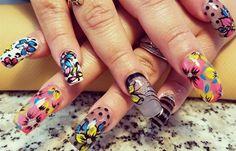Diseños de uñas con rosas flores, Diseños de uñas con rosas pegatina de colores.   #uñas #nailart #uñasdemoda