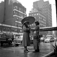 (Fotografía de Vivian Maier) Every picture tells a story and I am aiming to create the same thing through my photographs. I love how in some way the image is symmetrical through the composition of the two people and the buildings in the background. Best Street Photographers, Great Photographers, Chicago, Vivian Maier Street Photographer, Vivian Mayer, Street Photography, Art Photography, Parasols, Umbrellas