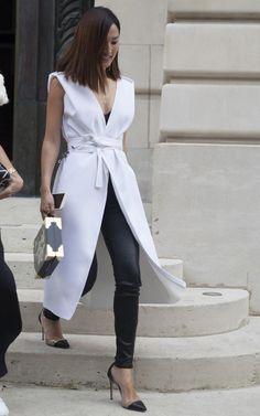 Nicole Warne In White Sleeveless Coat & Black accents. Work Fashion, Paris Fashion, Autumn Fashion, Fashion Outfits, Womens Fashion, Fashion Trends, Summer Office Outfits, Sleeveless Coat, Moda Chic