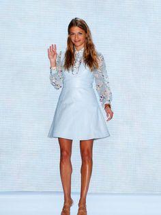 Designerin Charlotte Ronson nach ihrer Show in Berlin im pastellblauen Allover-Look.