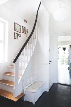 Der er gang i farvepaletten hos designerparret Mai-Britt Amsler og Mads Berg, som har indrettet deres bolig i et skønt miks af moderne funktionalitet og 50'er-nostalgi.