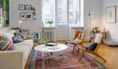 סלון פתוח ומואר, על הקירות תמונות חיוביות והספה מזמינה