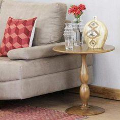 A tradicional mesa lateral de madeira com curvas bem delineadas e tamanho adequado para grandes e pequenos espaços. #mesa #table #decorate #decoratingideas #design #Enjoymid #moveis