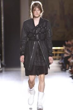 We would like to share with you the Paris runway presentation from Rick Owens, Spring Summer 2015 collection. Live Fashion, Fashion Show, Fashion 2015, Men Wearing Skirts, Runway Fashion, Mens Fashion, Rick Owens Men, Costume, Leggings