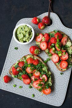 Sommerstulle mit Erdbeeren und Avocadostampf | schmecktwohl