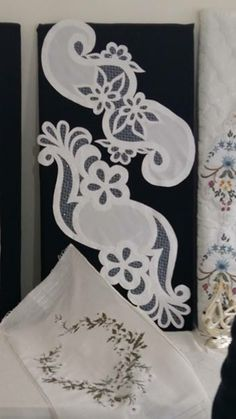 This Pin was discovered by Ser Cutwork Embroidery, White Embroidery, Embroidery Stitches, Table Runner And Placemats, Table Runners, Pach Aplique, Cut Work, Bargello, Fabric Manipulation