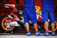 Yamaha engineers looking at the Honda RCV MotoGP bike. Perhaps Ducati should be doing more of this.