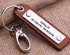 Diese persönlichen Schlüsselbund kann mit jeder Nachricht gestempelt werden, die Sie mögen. Wie den Breitengrad Längengrad ein besonderer Ort, Geburtsdaten, Hochzeit Termine, Jubiläum, Namen, Botschaft, etc.... Es ist ein perfektes Geschenk für Jubiläum, Hochzeit, Geburtstag, Vater Tage usw. Hinweise für Verkäufer, geben Sie bitte: *** 1. die Stempelfarbe Details (Koordinaten oder Wörter) 2. Leder Farbe, die Sie brauchen 3. Schlüsselbund Stil und Farbe (die Spange und Nieten Farbe gleich…